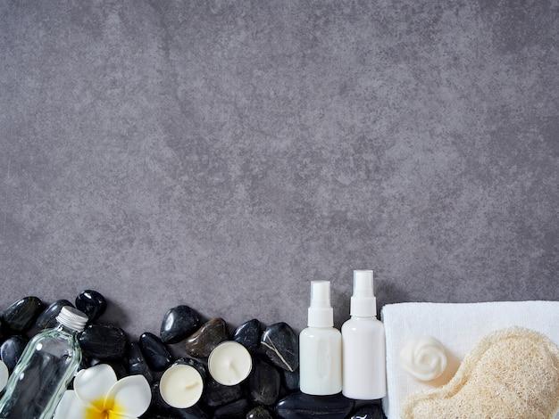 Conjunto de acessórios de spa em fundo de mármore cinza. Foto Premium