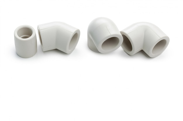 Conjunto de acoplamentos de encanamento de metal-plástico, adaptadores, plugues isolados no branco Foto Premium
