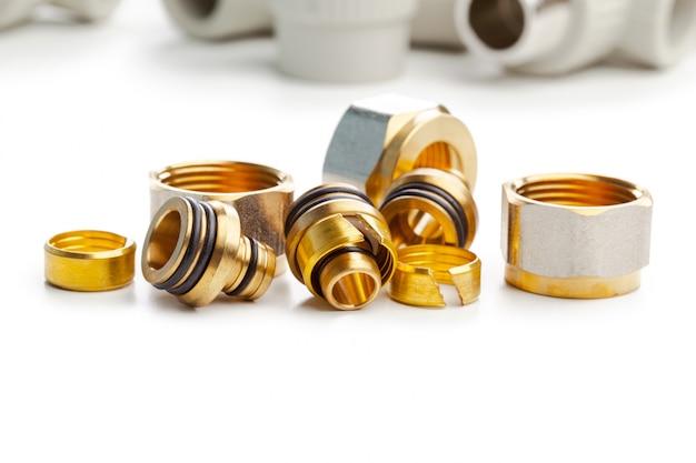 Conjunto de acoplamentos de encanamento metal-plástico, adaptadores, plugues isolados no fundo branco Foto Premium