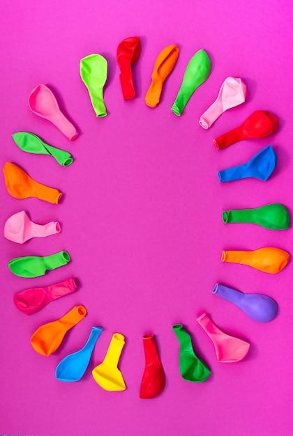 Conjunto de balões coloridos em fundo rosa Foto Premium