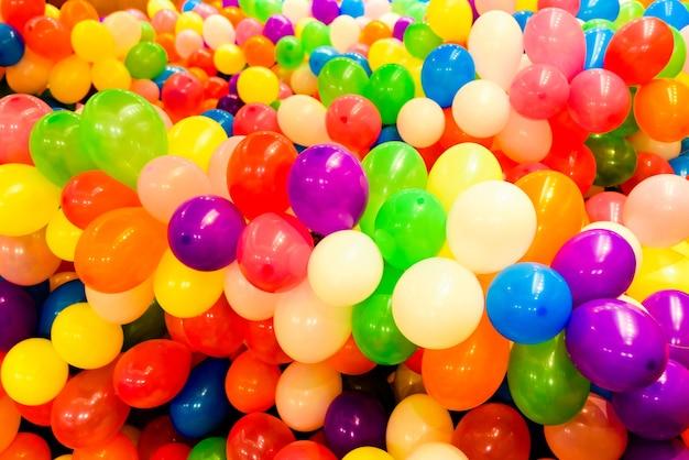 Conjunto de balões coloridos para festas e casamentos redondos Foto Premium