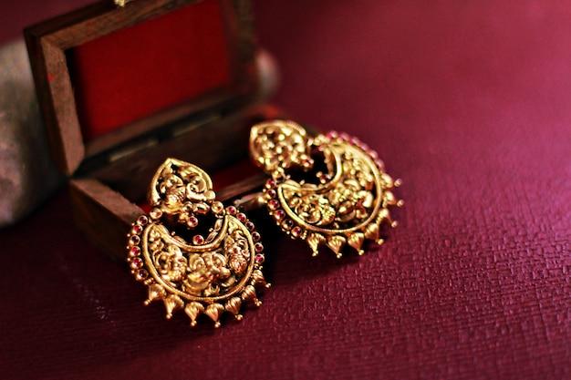 Conjunto de brincos de ouro indiano Foto Premium