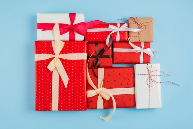 Conjunto de caixas de presente em envoltórios Foto gratuita