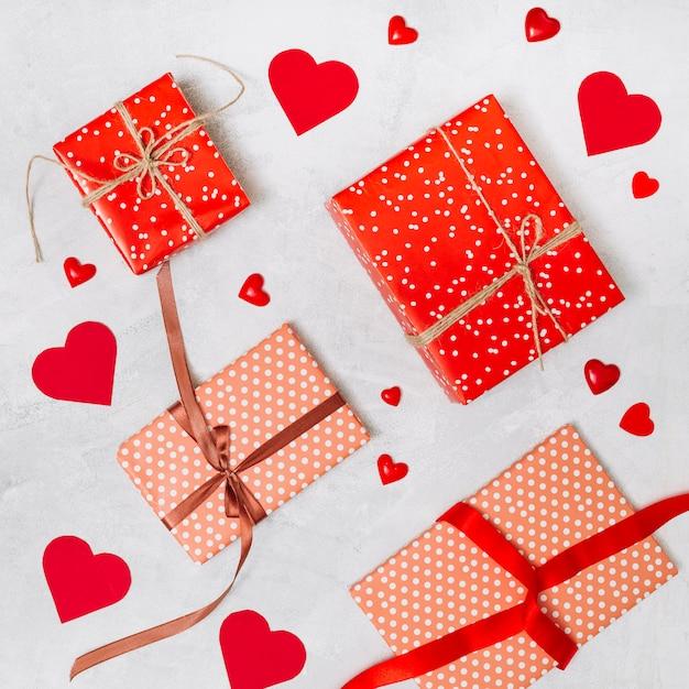 Conjunto de caixas de presentes e corações de ornamento Foto gratuita