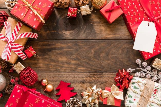 Conjunto de caixas de presentes em envoltórios de natal perto de senhos de ornamento Foto gratuita