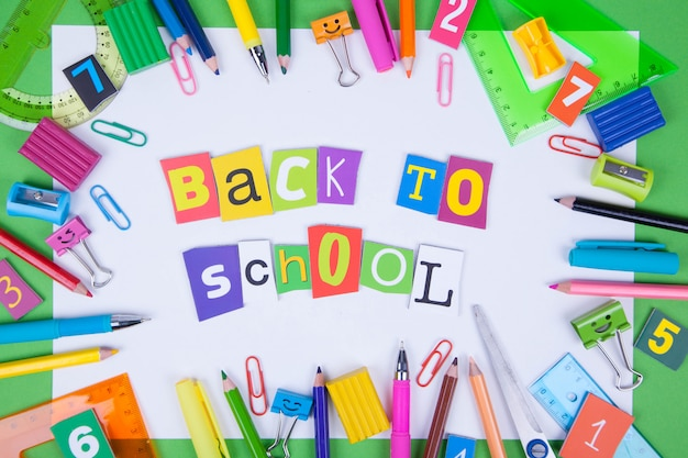 Conjunto de canetas coloridas, notas, blocos de notas, canetas, clipes de fichário. Foto Premium