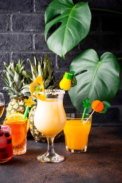 Conjunto de cocktails de verão diferentes Foto Premium