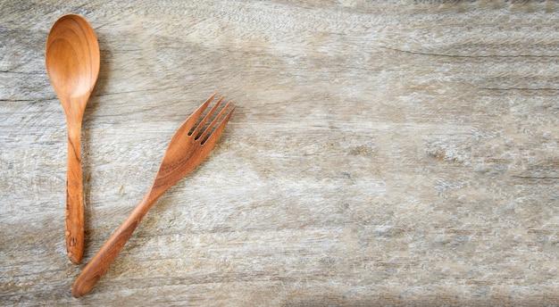 Conjunto de colher de pau e garfo de cozinha na mesa de madeira Foto Premium