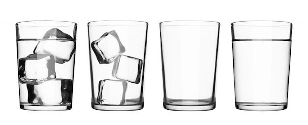 Conjunto de copo de bebida com água e cubos de gelo isolado no branco puro Foto Premium