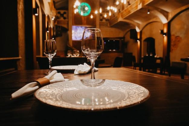 Conjunto de copos vazios no restaurante Foto Premium