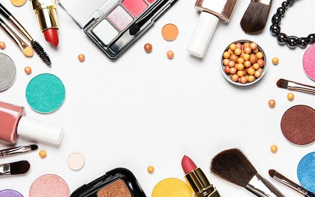 Conjunto de cosméticos decorativos, produtos de maquiagem no fundo branco, vista superior Foto Premium