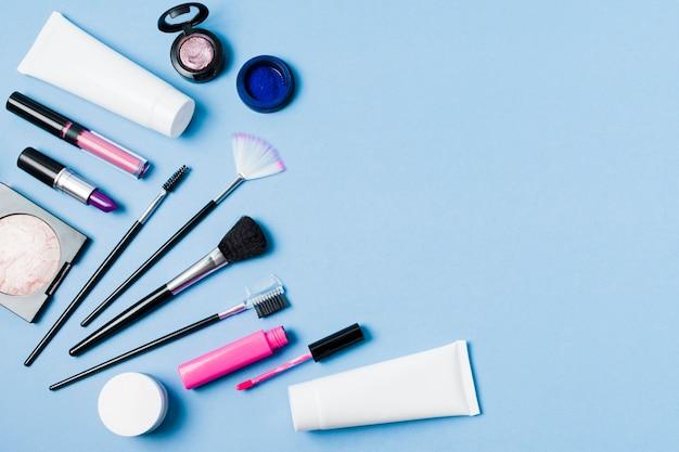 Conjunto de cosméticos decorativos profissionais na superfície da luz Foto gratuita