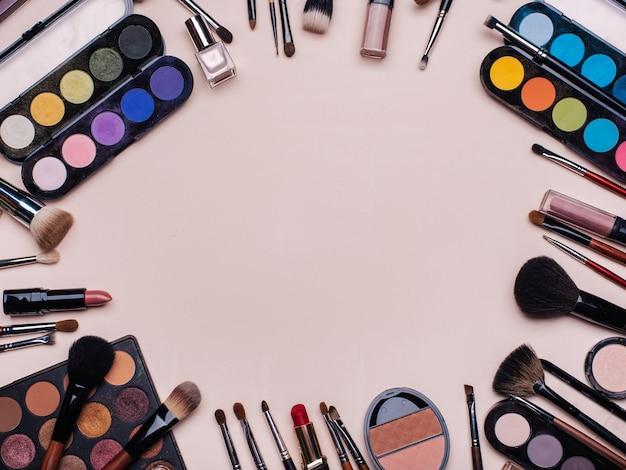 Conjunto de cosméticos profissionais, ferramentas de maquiagem e acessórios para a beleza das mulheres Foto Premium