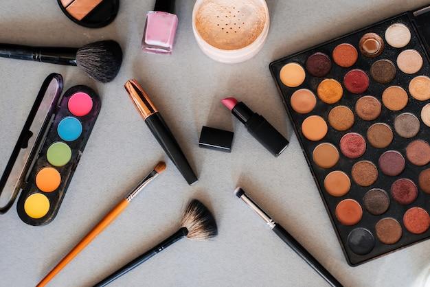 Conjunto de cosméticos profissionais, ferramentas para maquiagem e cuidados da pele das mulheres. produtos de beleza. Foto Premium