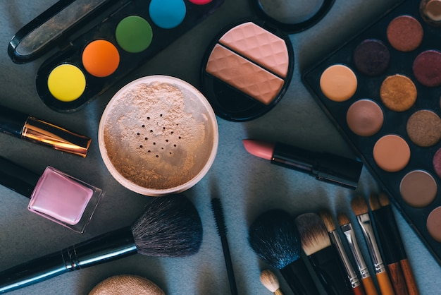 Conjunto de cosméticos profissionais, ferramentas para maquiagem e cuidados da pele de mulheres Foto Premium