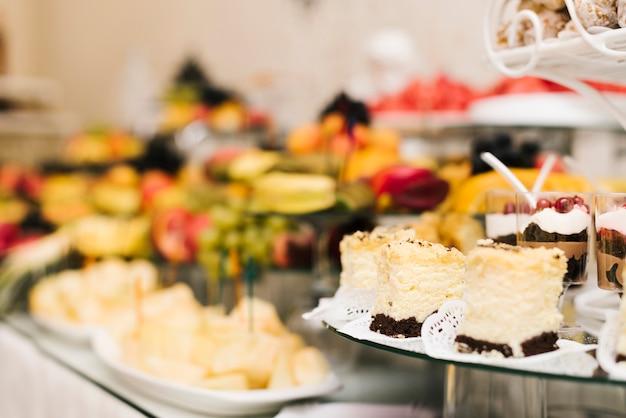 Conjunto de deliciosos bolos em uma mesa Foto gratuita