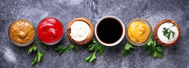 Conjunto de diferentes molhos e especiarias Foto Premium
