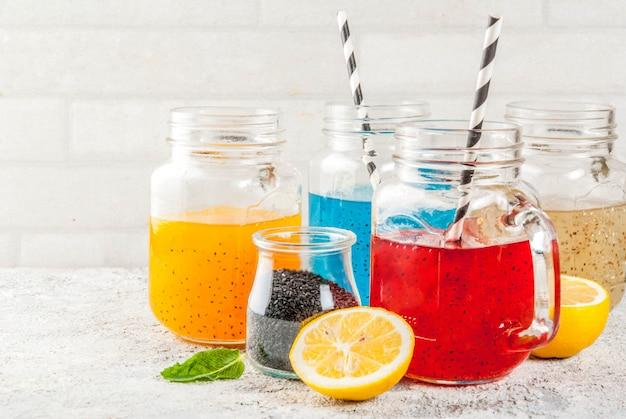 Conjunto de diferentes sementes de chia, cocktails de frutas tropicais Foto Premium