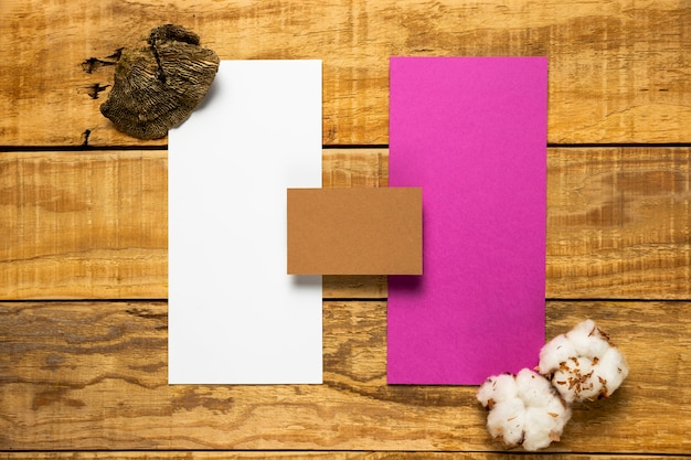 Conjunto de envelopes de casamento em fundo de madeira Foto gratuita