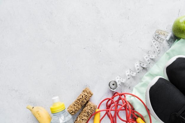 Conjunto de equipamentos esportivos e comida saudável Foto gratuita