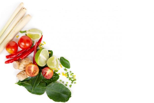 Conjunto de ervas frescas e ingredientes para tom yum Foto Premium