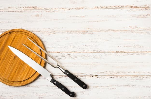 Conjunto de facas de cozinha com mãos negras Foto gratuita