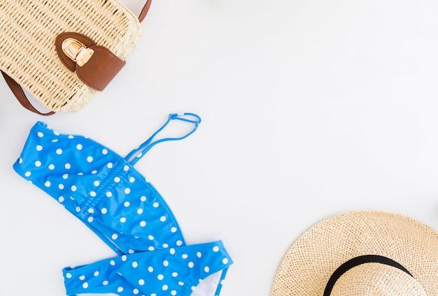 Conjunto de férias na praia tropical pertencentes ao fundo branco Foto gratuita