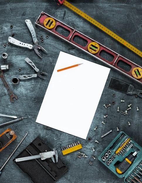 Conjunto de ferramentas de construção na mesa de madeira Foto gratuita