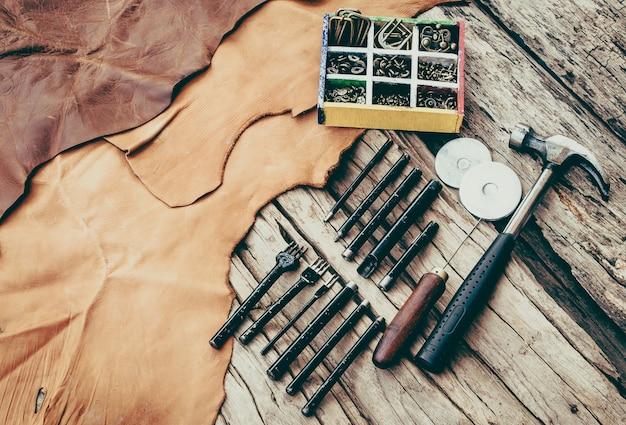 Conjunto de ferramentas de costura de mão leathercraft Foto gratuita