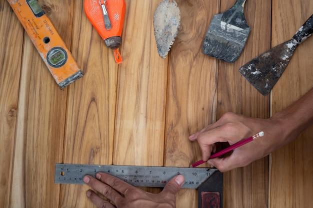 Conjunto de ferramentas manual, definido no piso de madeira. Foto gratuita