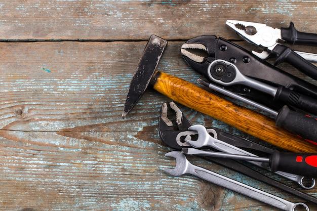 Conjunto de ferramentas sobre uma madeira com espaço para texto Foto Premium