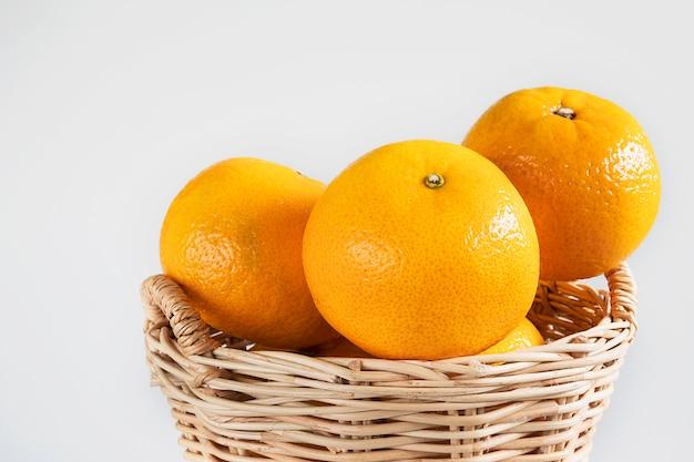 Conjunto de fruta laranja suculenta fresca sobre branco Foto gratuita