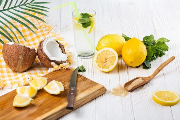 Conjunto de frutas e itens para preparar a bebida Foto gratuita