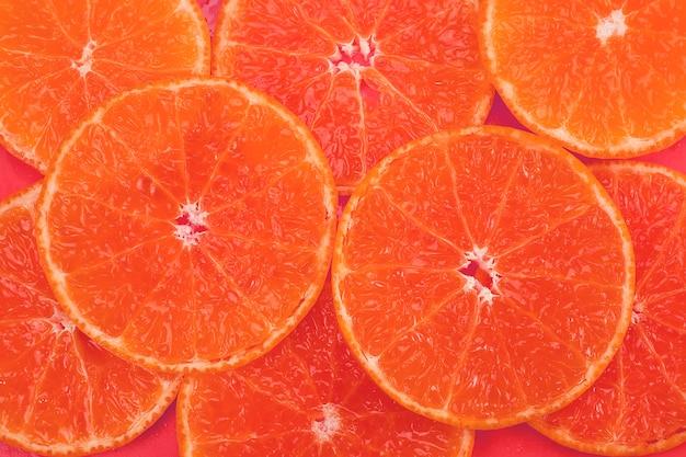 Conjunto de frutas laranja suculentas em fatias frescas sobre laranja - textura de frutas tropicais laranja para uso Foto gratuita