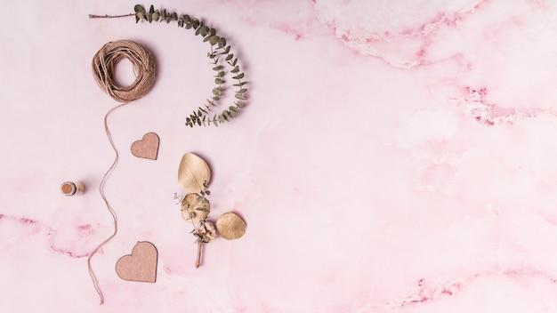 Conjunto de galhos de planta perto de corações e segmentos de ornamento Foto gratuita
