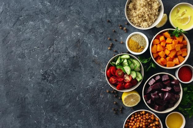 Conjunto de ingredientes vegetarianos saudáveis para cozinhar. grão de bico temperado, abóbora e beterraba, quinoa e legumes. Foto Premium