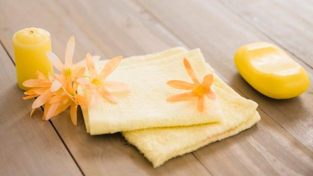 Conjunto de itens higiênicos na mesa de madeira Foto gratuita