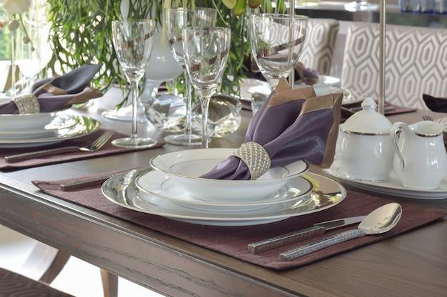 Conjunto de jantar estilo clássico elegância na mesa de jantar de madeira Foto Premium
