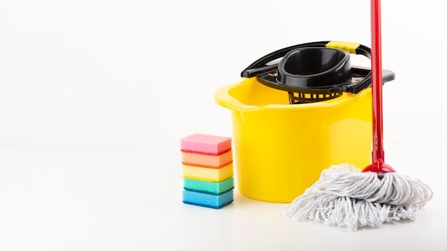 Conjunto de limpeza com esponjas coloridas Foto gratuita