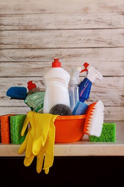 Conjunto de limpeza com produtos e suprimentos na mesa da cozinha Foto Premium