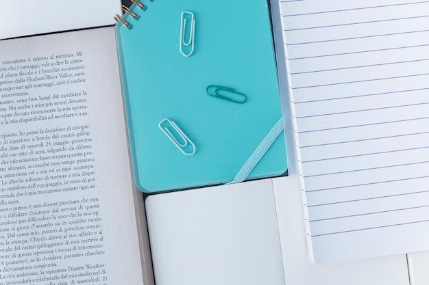 Conjunto de livro e caderno Foto gratuita