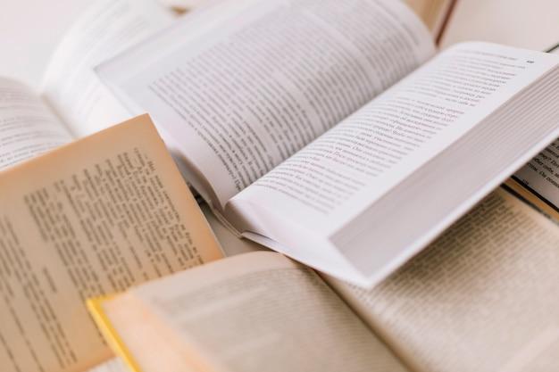 Conjunto de livros abertos Foto gratuita