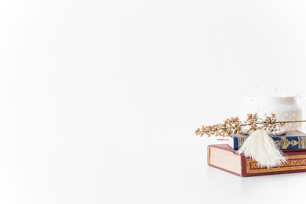 Conjunto de livros islâmicos e filial Foto gratuita