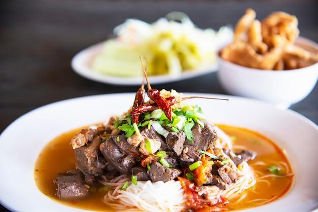 Conjunto de macarrão estilo tailandês do norte picante - conceito de comida tailandesa Foto gratuita