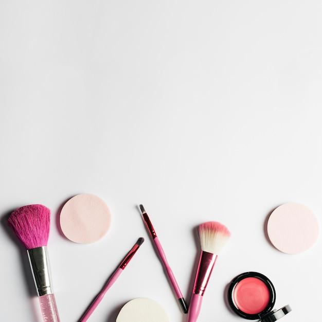 Conjunto de maquiagem e espaço no topo Foto gratuita