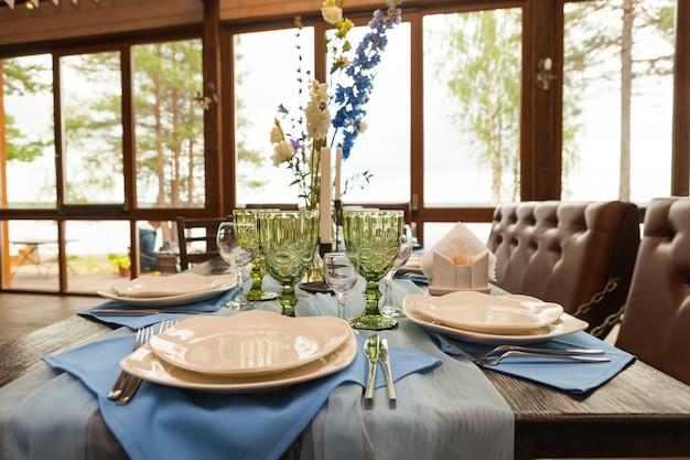 Conjunto de mesa para casamento com flores, enfeites e velas Foto Premium