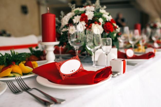 Conjunto de mesa para casamento ou outro evento servido jantar. Foto Premium