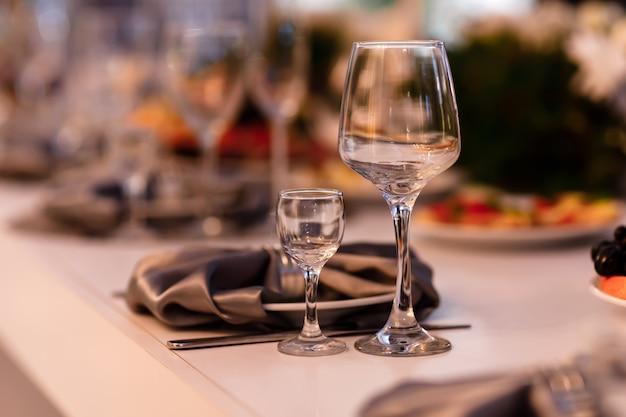 Conjunto de mesa para uma festa de evento ou recepção de casamento. configuração de mesa de casamento. taças de vinho Foto Premium