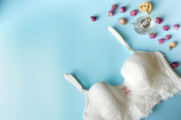 Conjunto de mulher essencial acessório e roupa interior plana leigos. copie o espaço Foto Premium