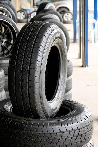 Conjunto de novos pneus modernos na loja. venda um pneu na loja no fundo. Foto Premium